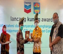 Ketua Calvron Community Zainuddin Boy (dua dari kiri) saat menyerahkan Lancang Kuning Award kepada VP Corporate Affairs PT CPI Sukamto Tamrin di Rumbai pada Jumat (9/7).