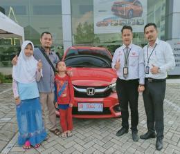 Konsumen Honda Brio Satya, Mukhlis foto bersama usai penyerahan unit di showroom HSH Pekanbaru